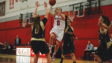 Carolann Cloutier elevates towards the rim. (Remi Lu / McGill Tribune)